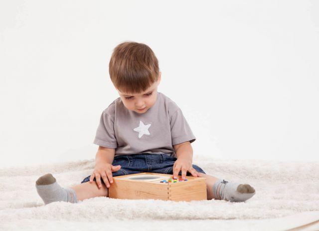 Un garçon écoute de la musique sur son lecteur mp3 pour enfant